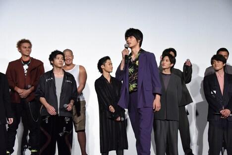 「(MCの)顔が見えないので、前に出ていいですか?」と言って前に進み出た神尾楓珠(中央手前)。
