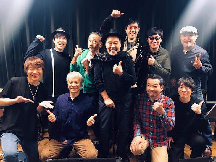 西田敏行(中央)と東京スカパラダイスオーケストラ。
