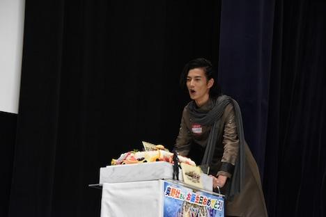 「おめでとーう!」と言いながらサプライズ登壇した渡邊圭祐。