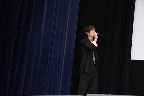 渡邊圭祐のサプライズ登壇に驚き、ステージ端まで後退りしてしまった奥野壮。