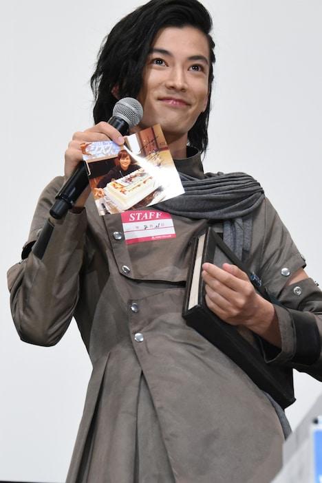 奥野壮の写真に自らのサインをしたためた渡邊圭祐。