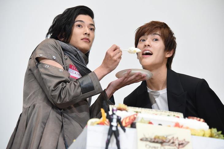 奥野壮(右)にケーキを食べさせる渡邊圭祐(左)。