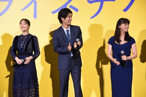 原田泰造の話に笑う貫地谷しほり(左)、三浦春馬(中央)、多部未華子(右)。