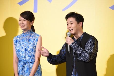 風邪を引いていることを観客に伝える矢本悠馬(右)。