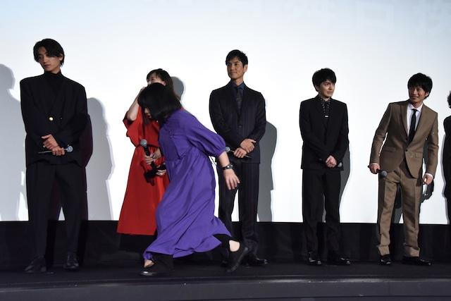 共演者の前を駆け抜ける伊藤修子(手前)。