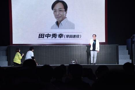 登場した田中秀幸(右)に礼を尽くす潘めぐみ(左)と濱田龍臣(左から2番目)。