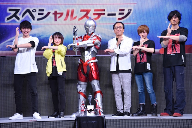 「ULTRAMAN」スペシャルステージの様子。左から濱田龍臣、潘めぐみ、ULTRAMAN SUIT、田中秀幸、芝井美香、笠原紳司。