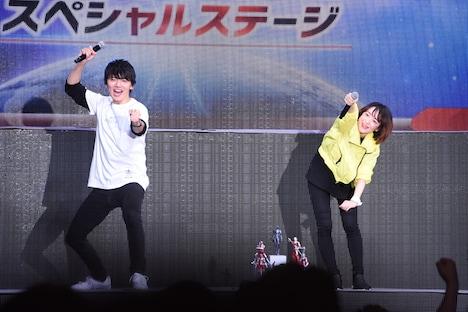 コールアンドレスポンスを行う濱田龍臣(左)と潘めぐみ(右)。