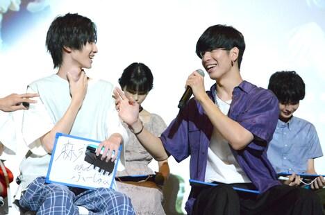 「現場のムードメーカーは?」という質問に答える小野寺晃良(左)と長谷川慎(右)。