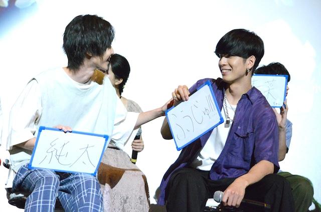 第1問と第2問で回答を使いまわし、ツッコまれる長谷川慎(右)。