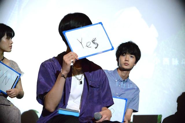 「悩んでいるとき人に相談するタイプか?」という質問に答える長谷川慎。