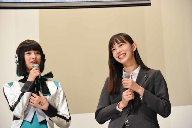 左から鶴嶋乃愛、井桁弘恵。