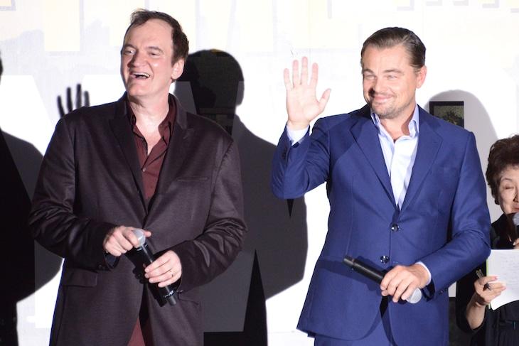 左からクエンティン・タランティーノ、レオナルド・ディカプリオ。