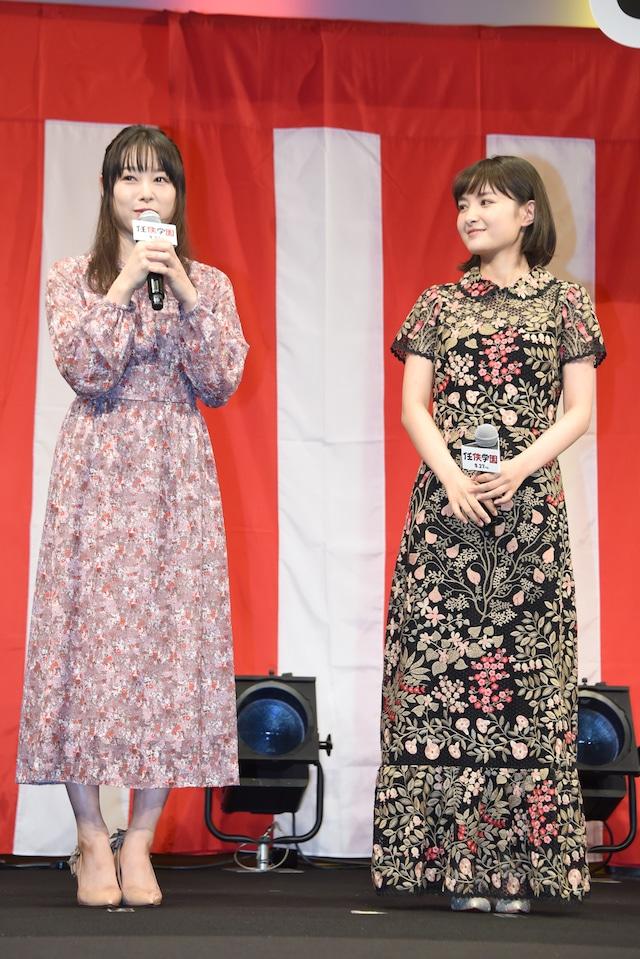 左から桜井日奈子、葵わかな。