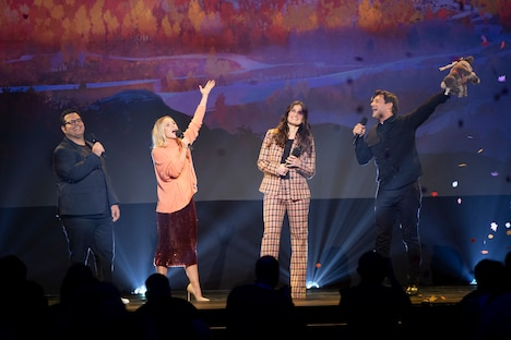 左からジョシュ・ギャッド、クリステン・ベル、イディナ・メンゼル、ジョナサン・グロフ。