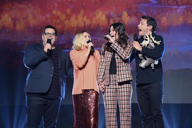 「D23 Expo 2019」の様子。左からジョシュ・ギャッド、クリステン・ベル、イディナ・メンゼル、ジョナサン・グロフ。
