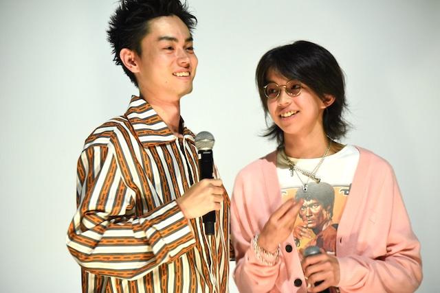 左から菅田将暉、YOSHI。