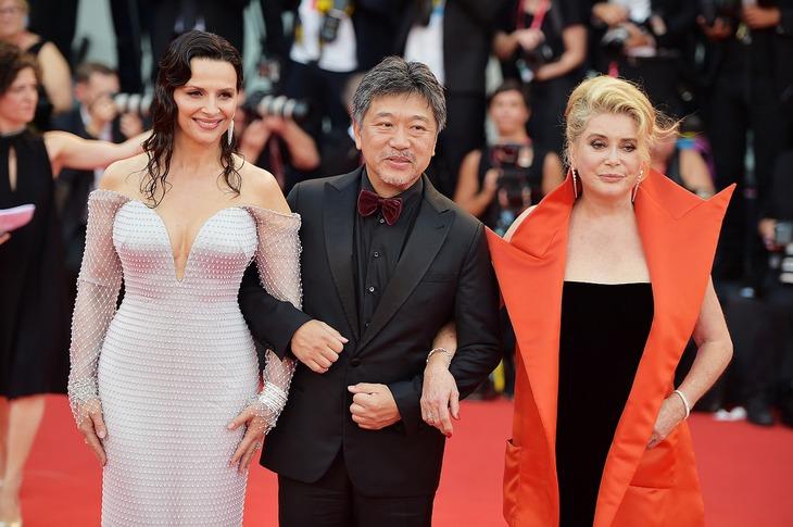 第76回ヴェネツィア国際映画祭レッドカーペットでの様子。左からジュリエット・ビノシュ、是枝裕和、カトリーヌ・ドヌーヴ。(c)getty Images