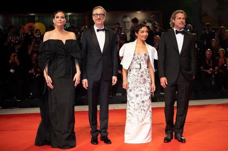 第76回ヴェネツィア国際映画祭レッドカーペットでの様子。左からリヴ・タイラー、ジェームズ・グレイ、ルース・ネッガ、ブラッド・ピット。