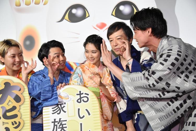 「おいしい家族」ポーズを確認する笠松将(右)。
