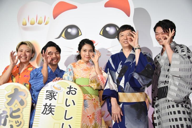 「おいしい家族」特別試写会の様子。左からふくだももこ、浜野謙太、松本穂香、板尾創路、笠松将。