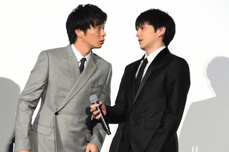 田中圭(左)にライブビューイングカメラの位置を教える林遣都(右)。
