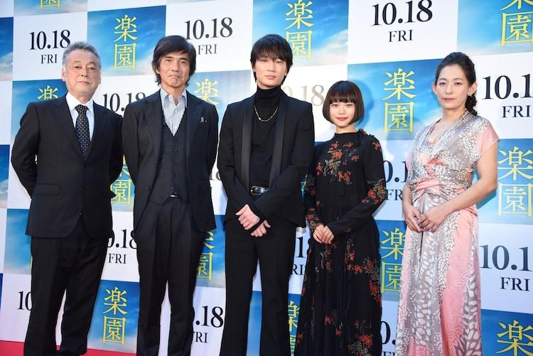 「楽園」フォトコールの様子。左から瀬々敬久、佐藤浩市、綾野剛、杉咲花、片岡礼子。