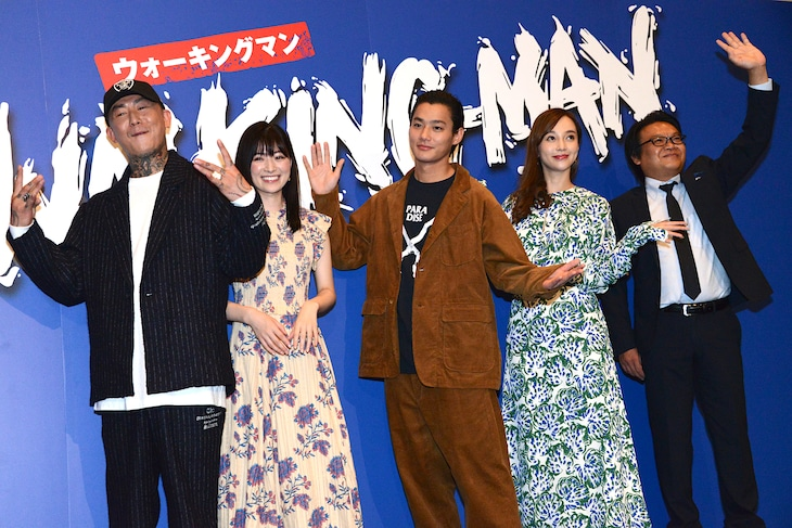 「WALKING MAN」完成披露の様子。左からANARCHY、優希美青、野村周平、伊藤ゆみ、星田英利。