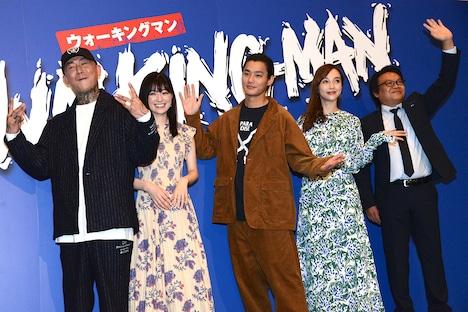 「WALKING MAN」完成披露上映会の様子。左からANARCHY、優希美青、野村周平、伊藤ゆみ、星田英利。