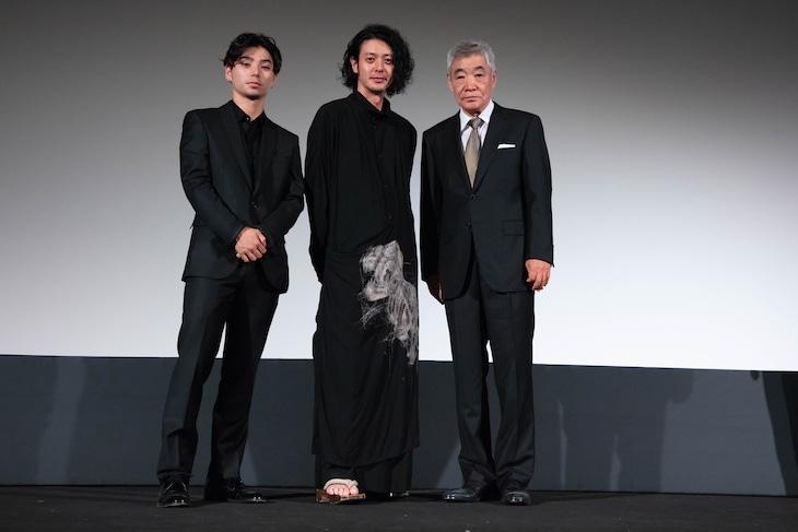 「ある船頭の話」公式上映の様子。左から村上虹郎、オダギリジョー、柄本明。(c)Kazuko Wakayama