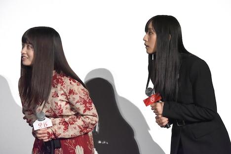 平野紫耀の早口言葉に耳を澄ませる橋本環奈(左)と浅川梨奈(右)。