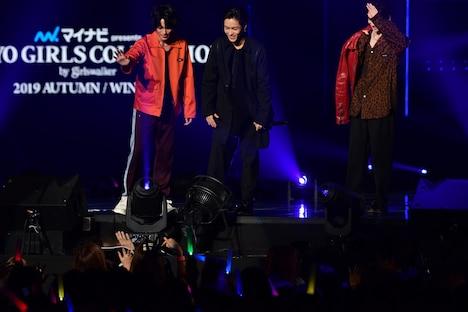客席通路を歩いて登場した山田裕貴たちに手を振る神尾楓珠(左)、川村壱馬(中央)、吉野北人(右)。