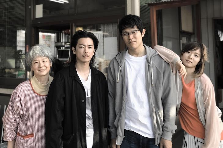 「ひとよ」メイキング写真。左から田中裕子、佐藤健、鈴木亮平、松岡茉優。