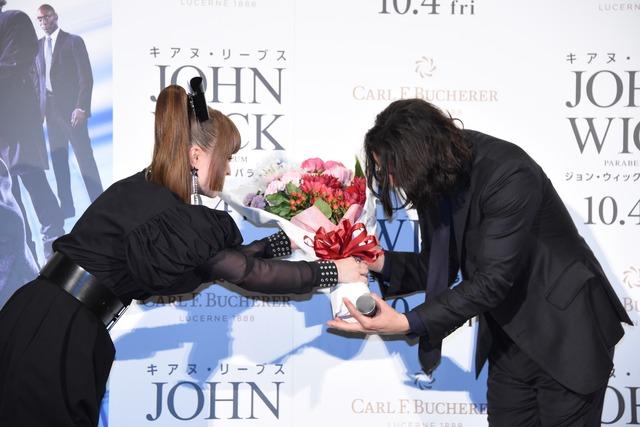 キアヌ・リーヴスに花束を渡すきゃりーぱみゅぱみゅ。