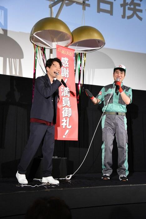 くす玉を割った星野源(左)と藤井隆(右)。