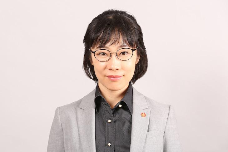 山田真歩演じる小暮クミコ。