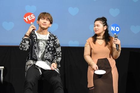 「一目惚れするタイプだ」という質問に答えるNAOTO(左)と富田望生(右)。