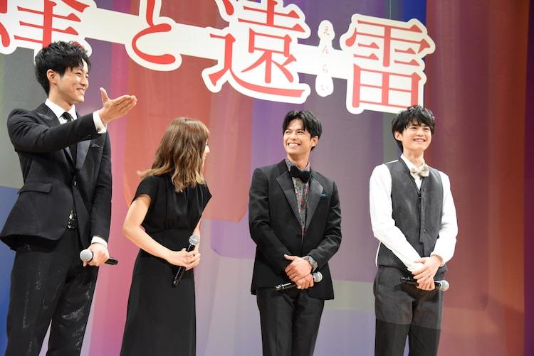 共演者たちに、前を向いて話すよう教えられる鈴鹿央士(右端)。