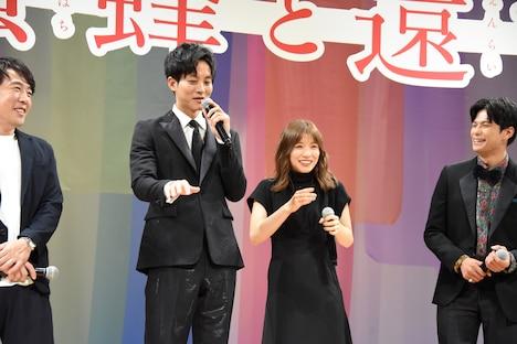 """ピアノ練習中の震える手元を""""バンビ""""と称された松坂桃李(中央左)。"""