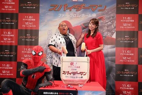 左からスパイダーマン、ジェイコブ・バタロン、宇垣美里。