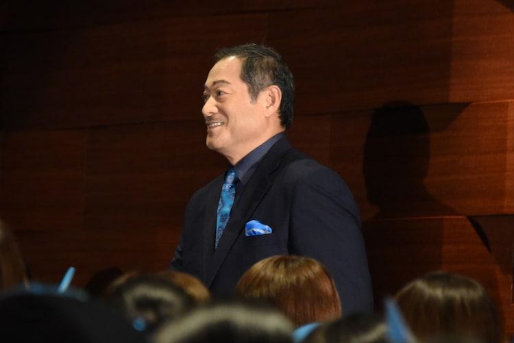 ブルーカーペットを通って登場した松平健。