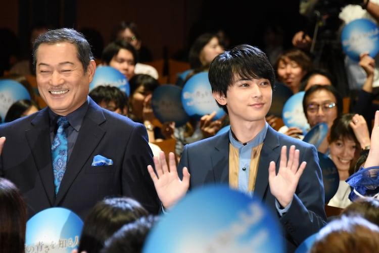 ブルーカーペットを通って登場した松平健(左)と吉沢亮(右)。