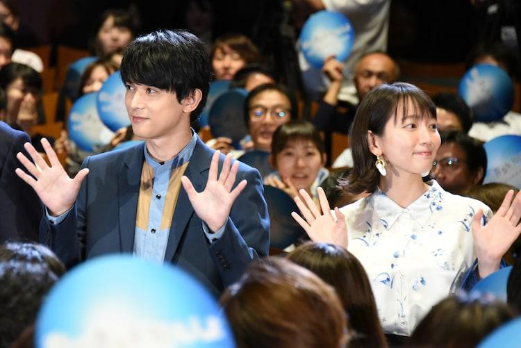 ブルーカーペットを通って登場した吉沢亮(左)と吉岡里帆(右)。