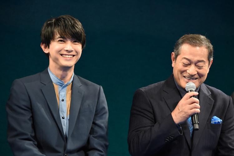 左から吉沢亮、松平健。