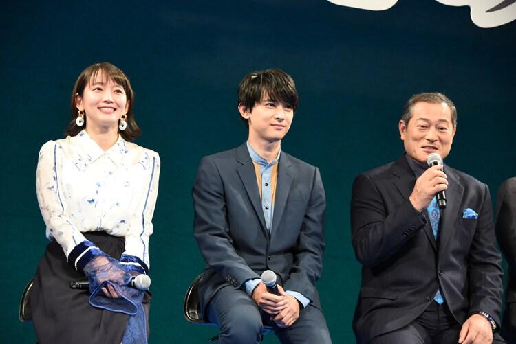左から吉岡里帆、吉沢亮、松平健。