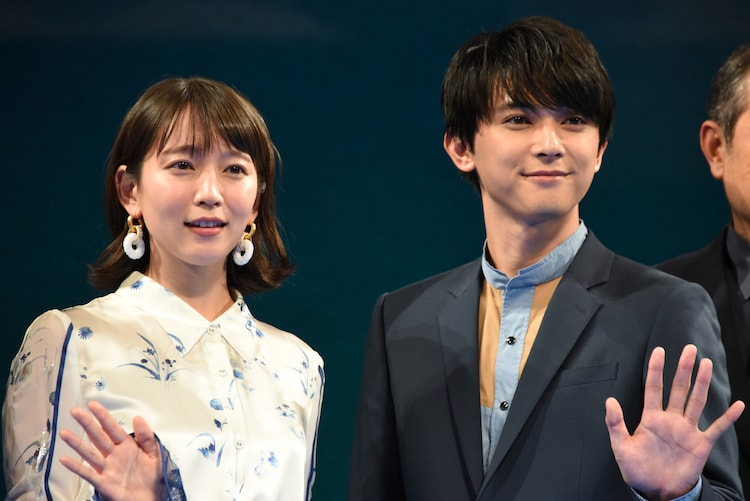 左から吉岡里帆、吉沢亮。