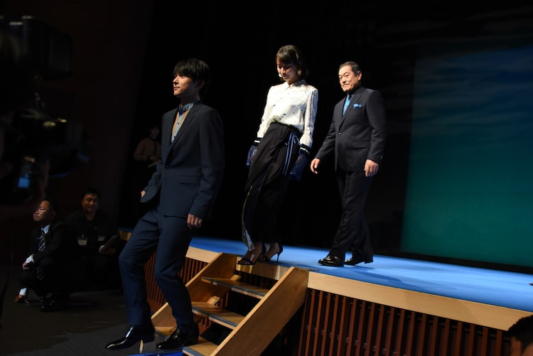 降壇する吉沢亮(左)。