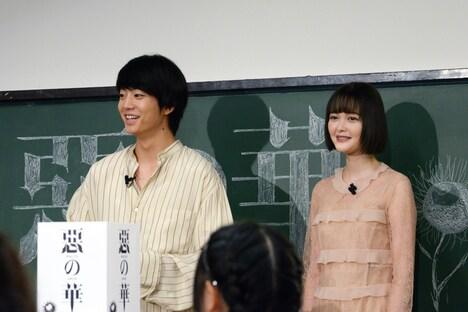 左から伊藤健太郎、玉城ティナ。