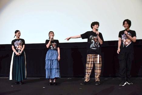高田夏帆(中央左)の評価に不満そうな武田航平(中央右)。