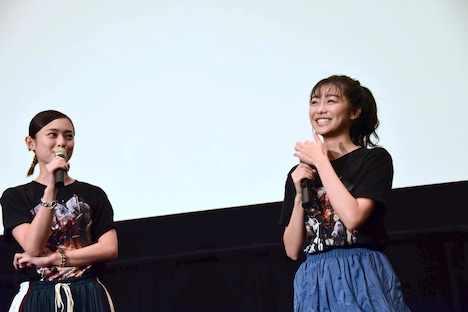 左から滝裕可里、目に涙をためる高田夏帆。